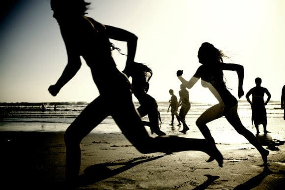 girls_running_on_the_beach_62902