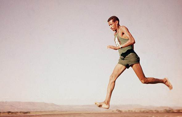 correr descalço