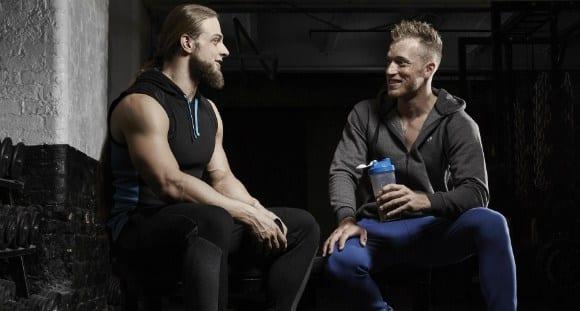 atletas a tomar um batido de proteína