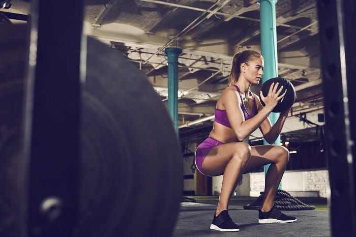 hiit_mulher_treino_squats