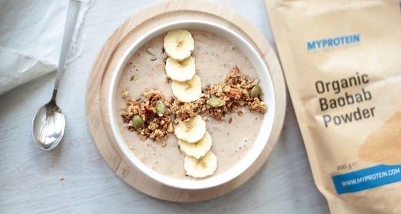 Smoothie de manteiga de amendoim, banana e baobá