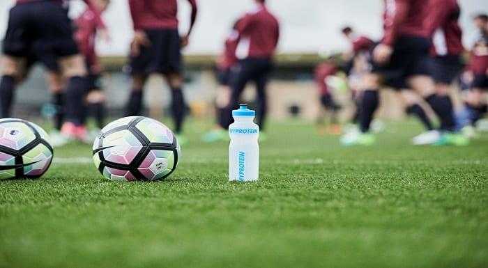 bola de futebol e shaker