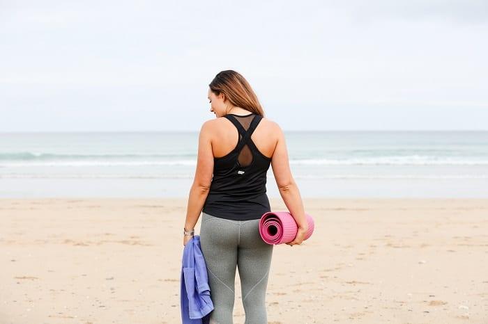 mulher_yoga_praia