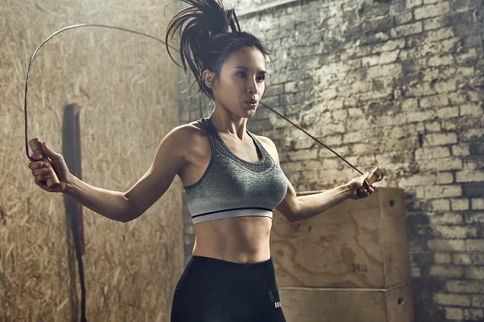 atleta_mulher_saltar_corda_treino