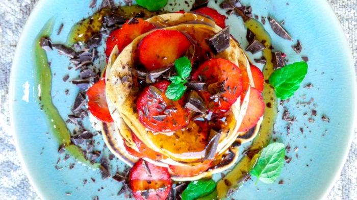 Fluffy pancakes met aardbei, chocolade en maple siroop