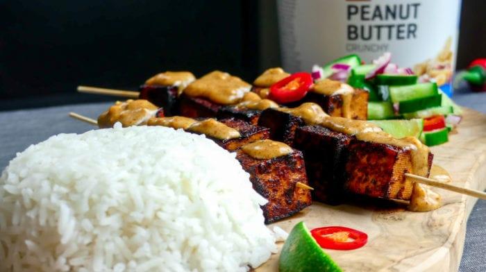 Tofu saté met satésaus, rijst en frisse atjar