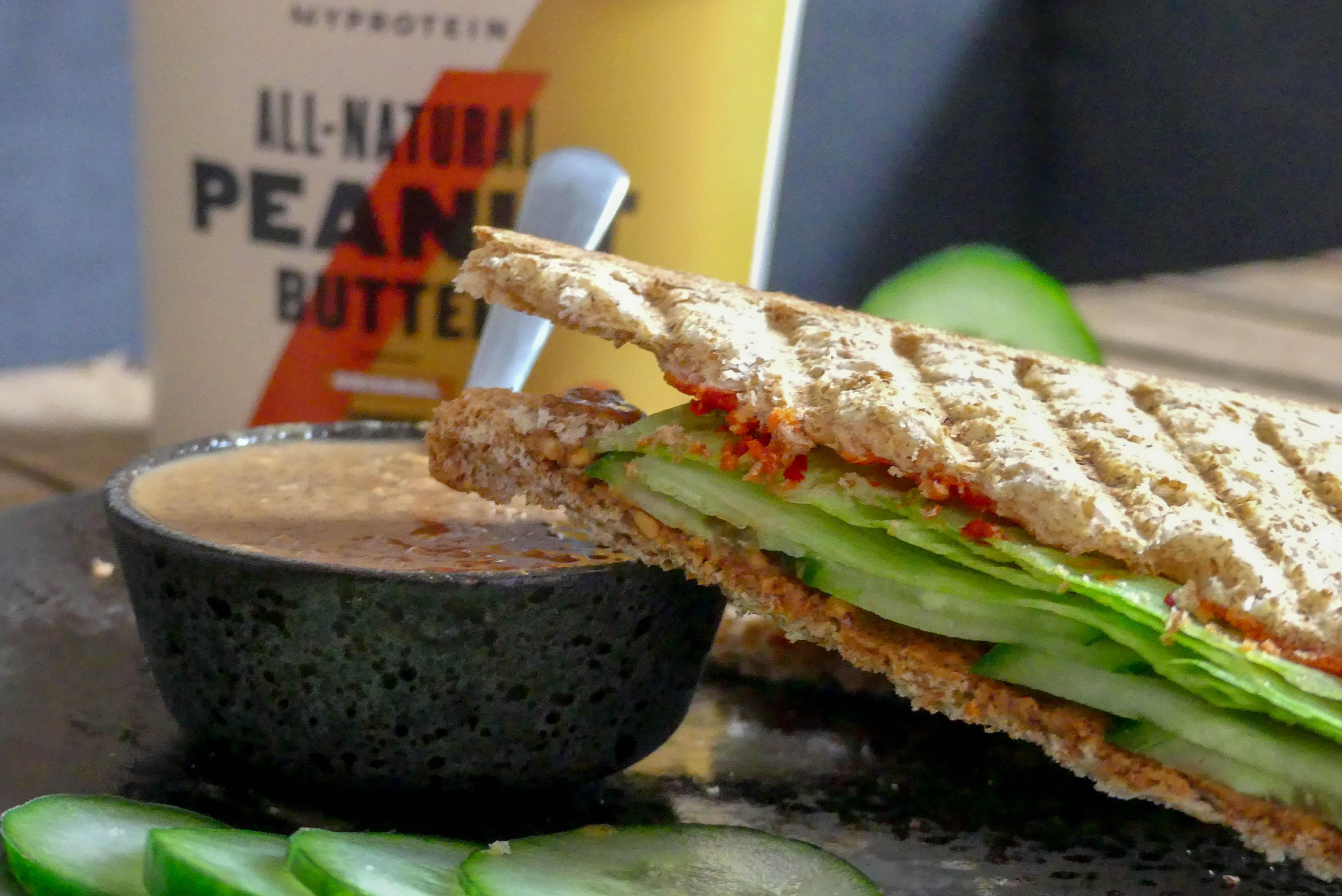 Sandwich met pindakaas en sambal