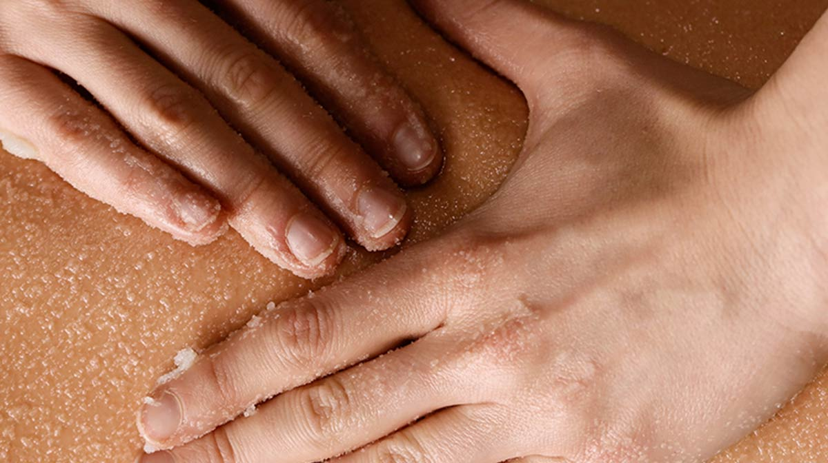 Intensely smoothing salt and oil scrub
