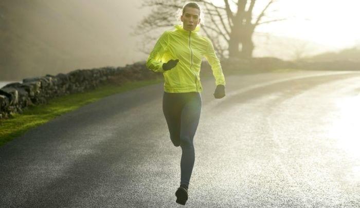 moteris bėga lauk