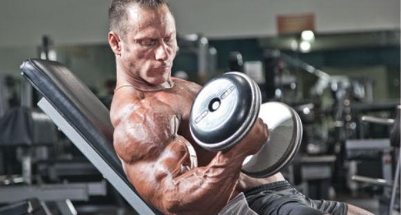Bicepsz edzés - döntött padon egykezes súlyzóval gyakorlat