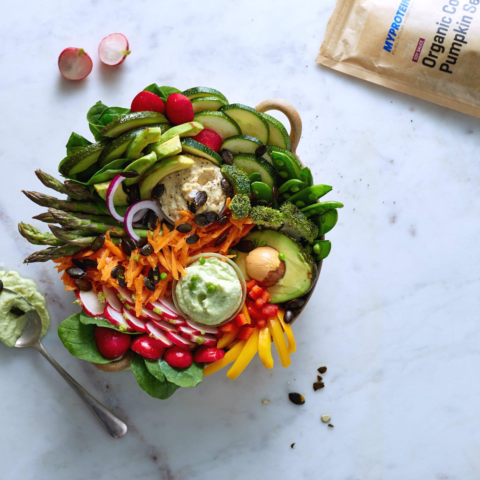 Fűszeres zöldséges tál házi guacamoléval