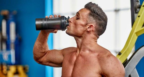 Sportoló Myprotein shakerből iszik DigeZyme