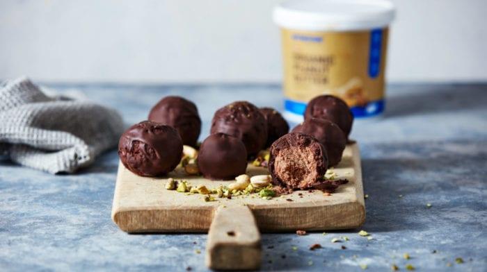 Fehérjegolyó recept | mogyoróvajas brownie bomba