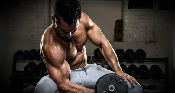 Bicepszhajlítás, ülve, egykezes súlyzókkal