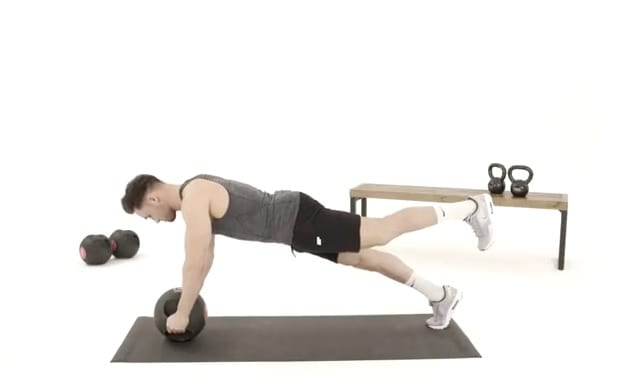 Plank lábemeléssel egyensúly labdán
