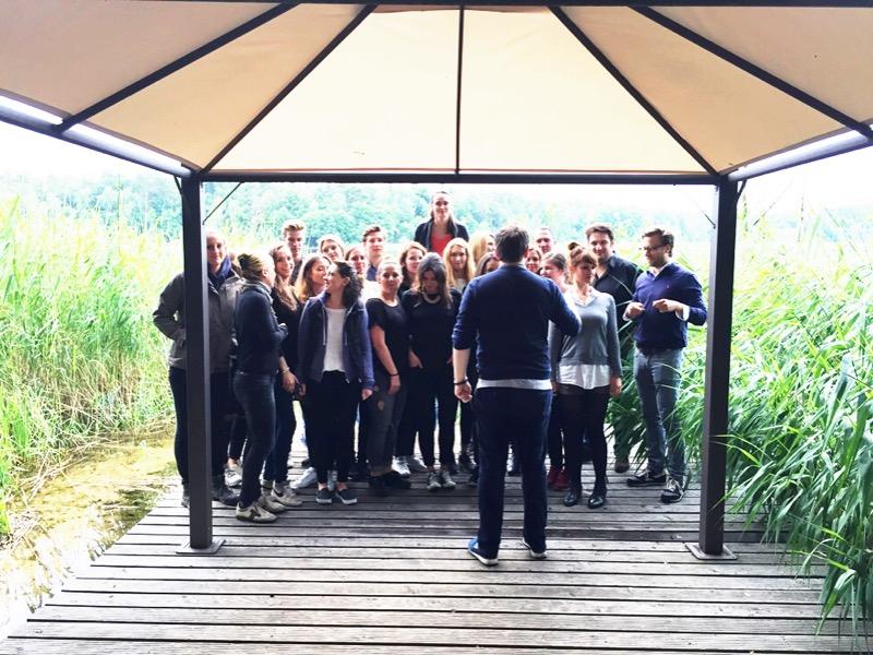 Vorbereitung für das Teamfoto von GLOSSYBOX Deutschland