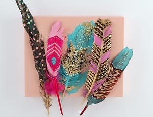 GLOSSY DIY: Painted Feathers - Easy und verdammt schick!