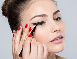 GLOSSY Basics: Eyeliner Grundlagen, so gelingt dir der perfekte Lidstrich