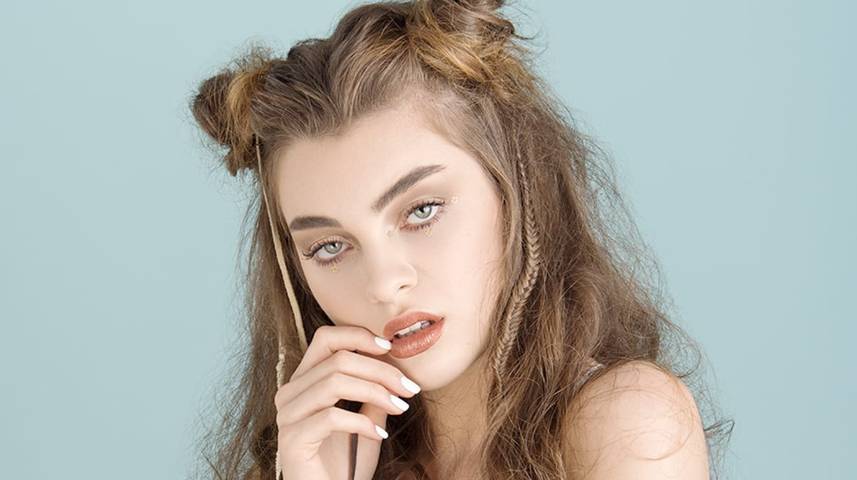 GLOSSY Tutorial: Dein Festival-Make-up im Metallic-Look