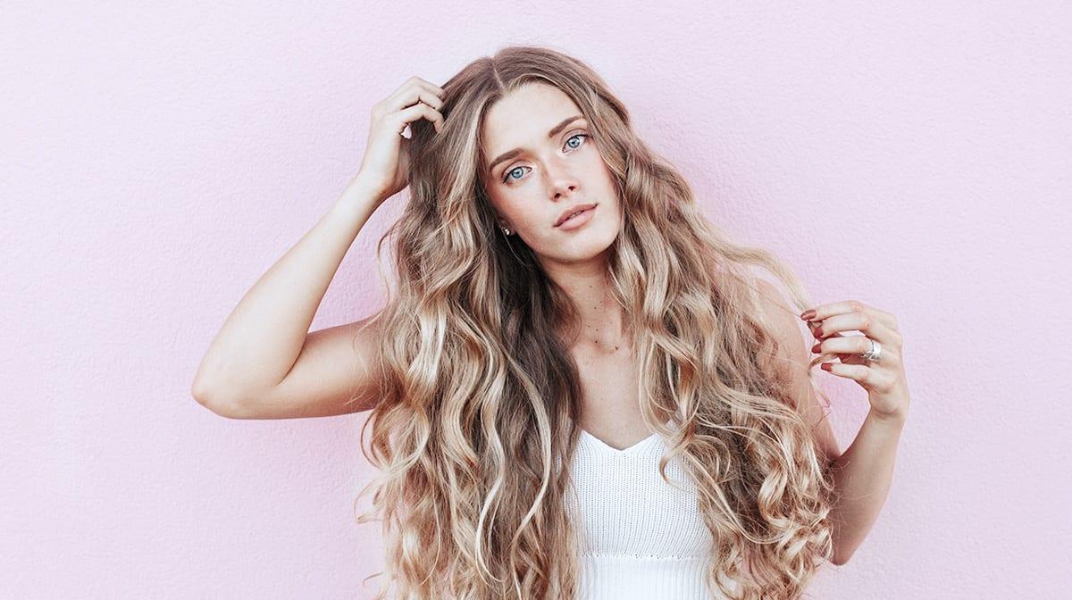 Gloss to go! Dieser neue Haarfärbetrend lässt deine Mähne sofort glänzen