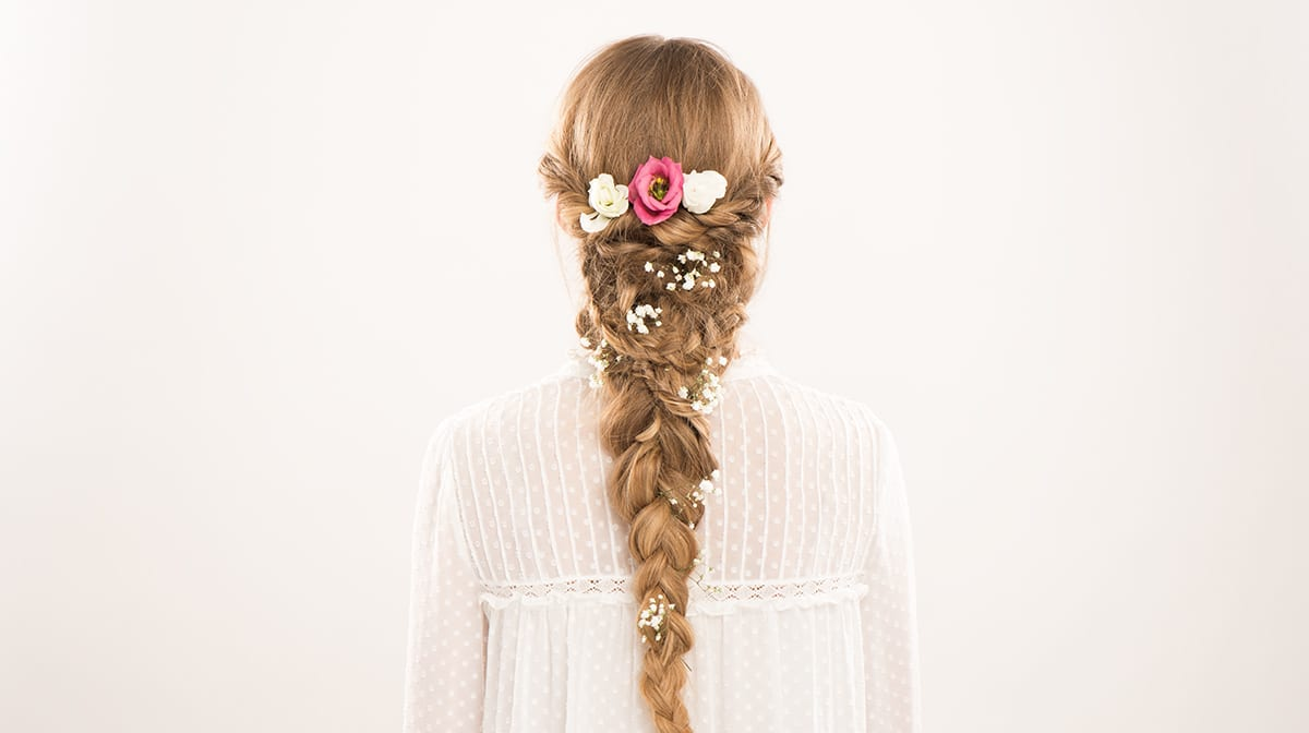 Wellness Wednesday: Big Braid mit echten Blumen im Haar flechten