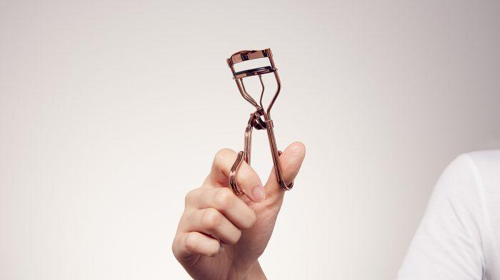 GLOSSY Tutorial: Kennst du noch diesen heißen Wimpern-zangen-Trick?