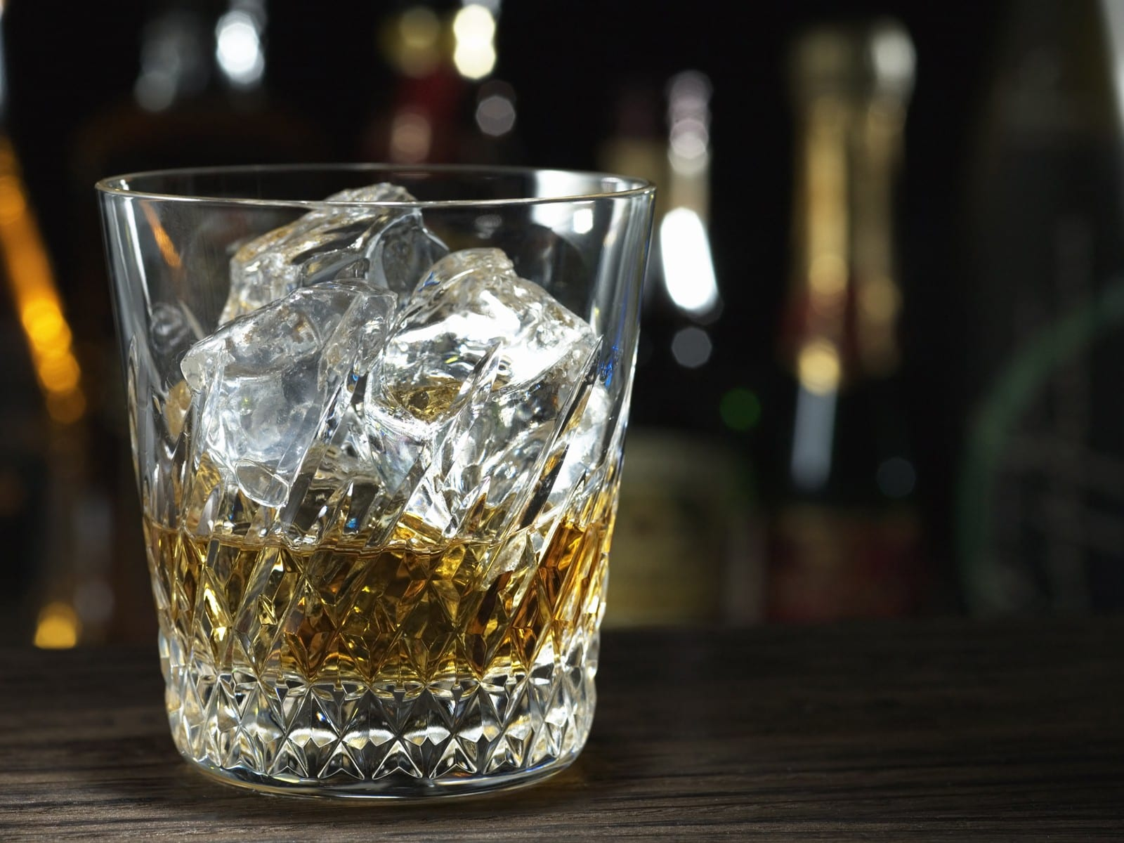 JW056_350A_Whiskey_on_the_Rocks_Whiskey_and_ice