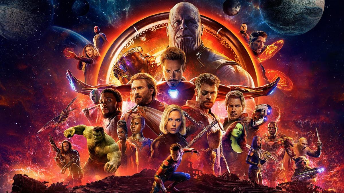 Avengers: Infinity War le poster officiel comprend tous les personnages mi Comics mi photo avec des rayons de couleurs des Gemmes de L'infini