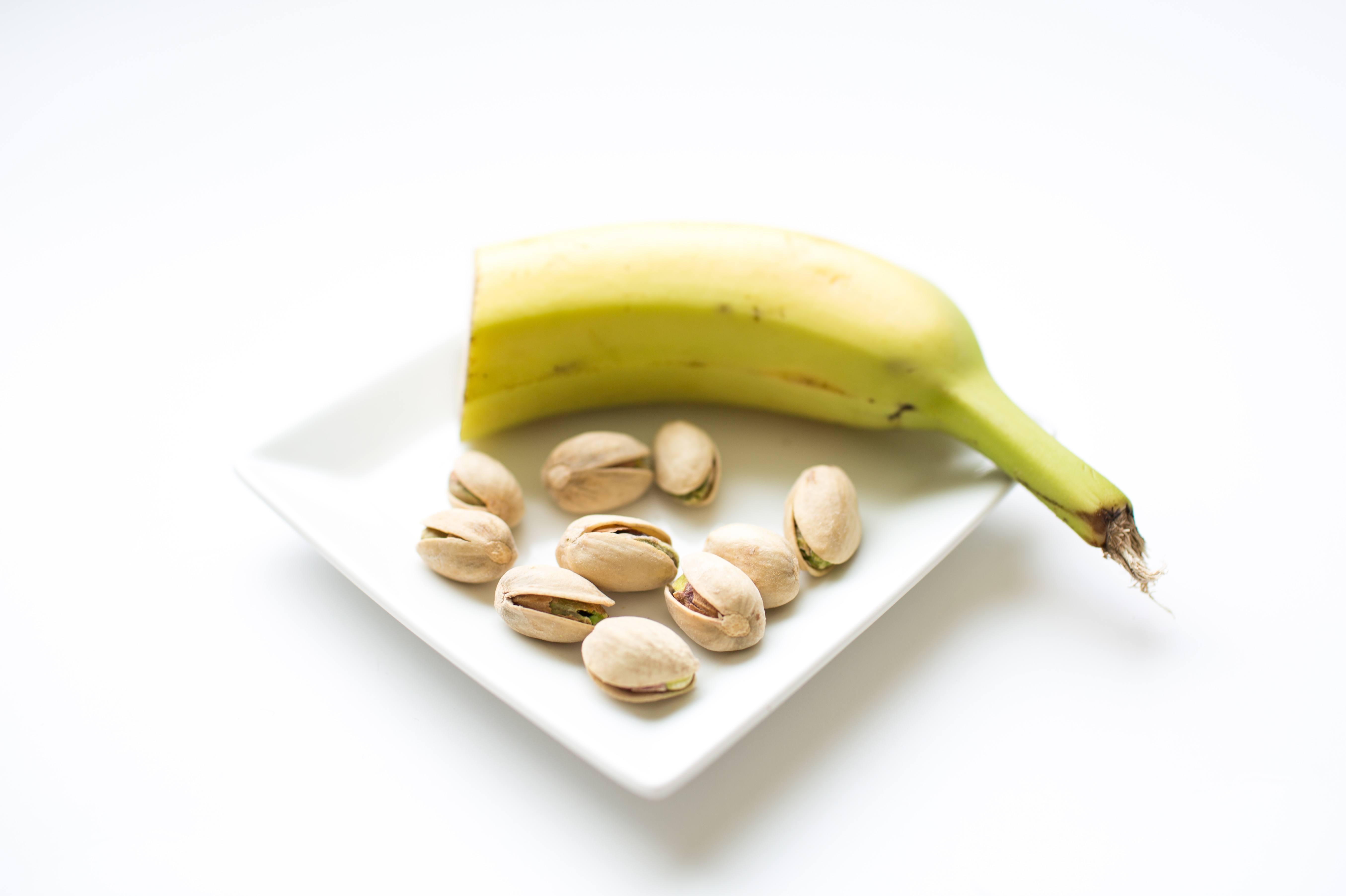100 calorie snack banana and pistachios