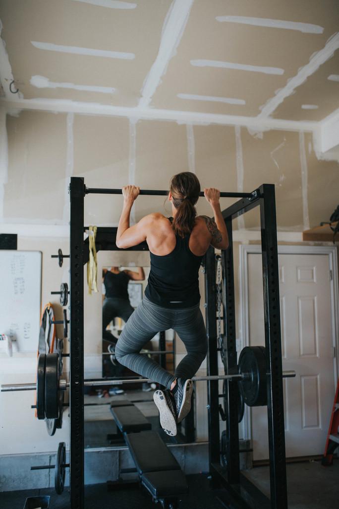 woman doing pull-ups