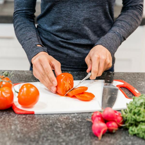 preparing a tomatoe salad