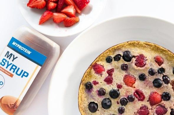 Sladká Omeleta S Čerstvým Ovocím A Sirupom   Zdravé Raňajky