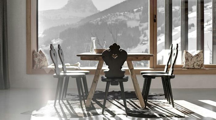 The dining area in Wohnhaus Pliscia 13 by Pedevilla Architekten.