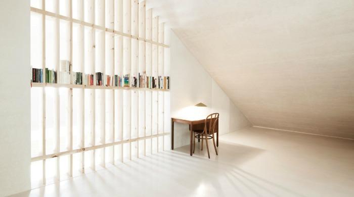 A living area in Wohnhaus Pliscia 13 by Pedevilla Architekten.