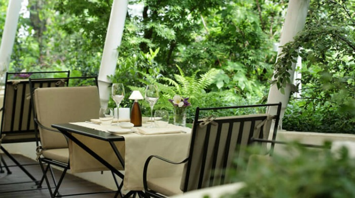 An outdoor dining area in Hotel Magna Pars Suites, Milan.