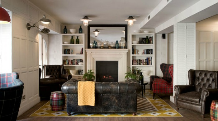 A living area with old leather chairs in the Praktik Metropol, Madrid.