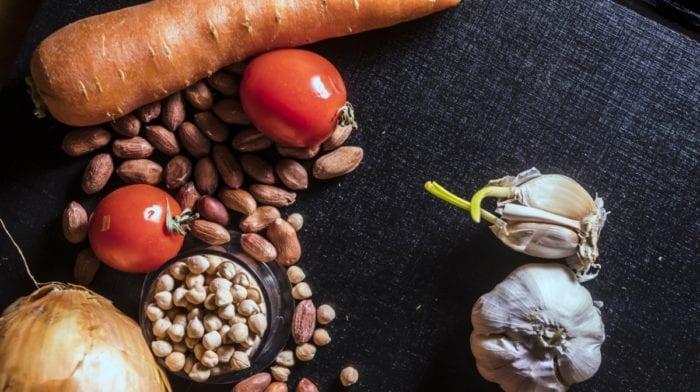 Hummus a batátovo-mrkvové hranolky