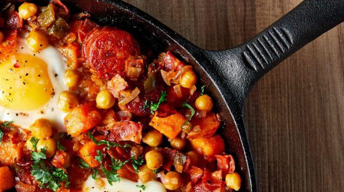 Recept na pikantní směs ze sladkých brambor a choriza | Chutná snídaně pro budování svalů